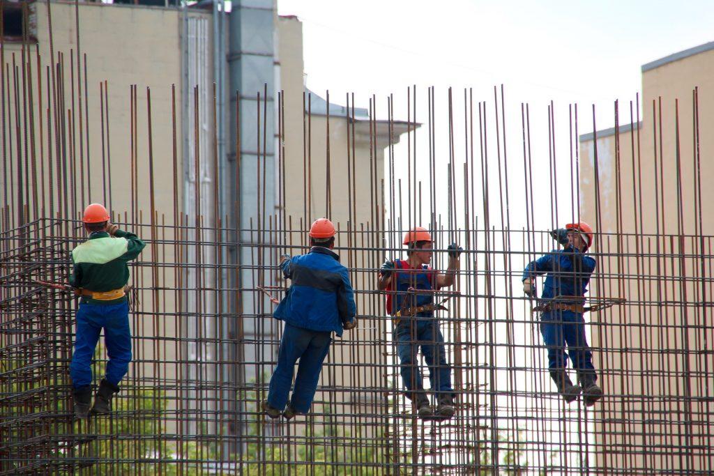 steelworkers 1029665 1920 1024x683 - Canteiro de obras: como a tecnologia pode otimizar a sua operação